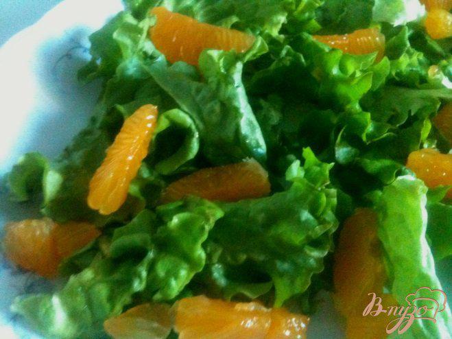Фото приготовление рецепта: Салат с мандаринами, свеклой и копченой рыбой шаг №4