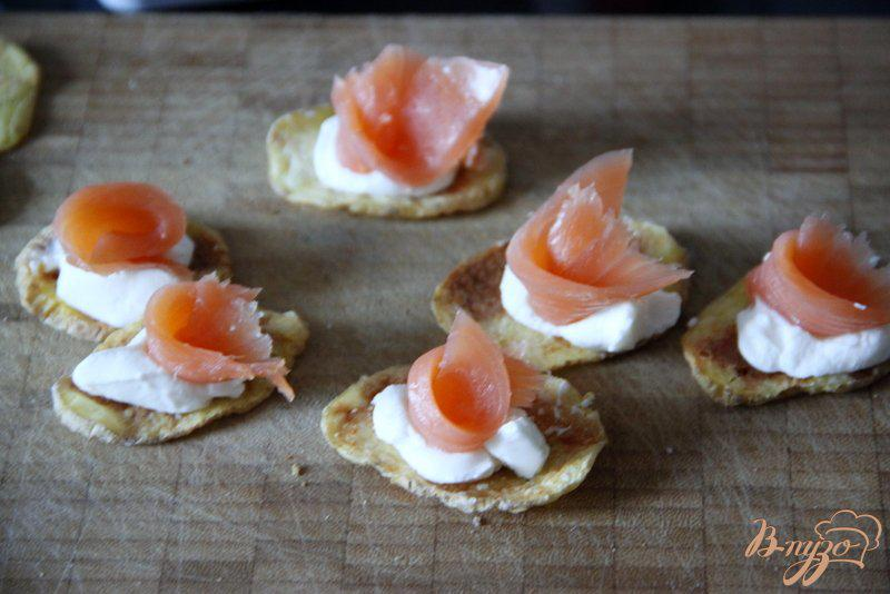 Фото приготовление рецепта: Закуска из лосося на картофельных «чипсах» шаг №4