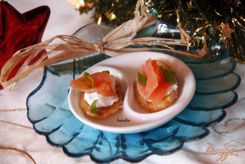 Фото приготовление рецепта: Закуска из лосося на картофельных «чипсах» шаг №6