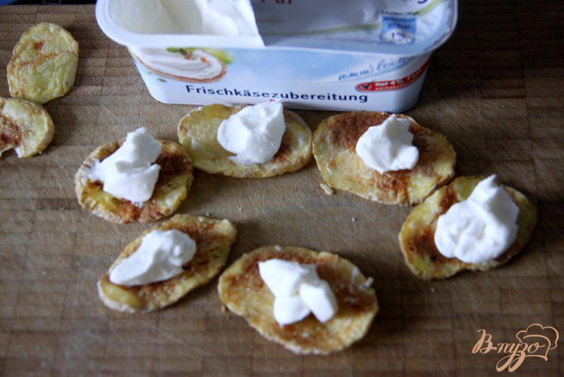 Фото приготовление рецепта: Закуска из лосося на картофельных «чипсах» шаг №3