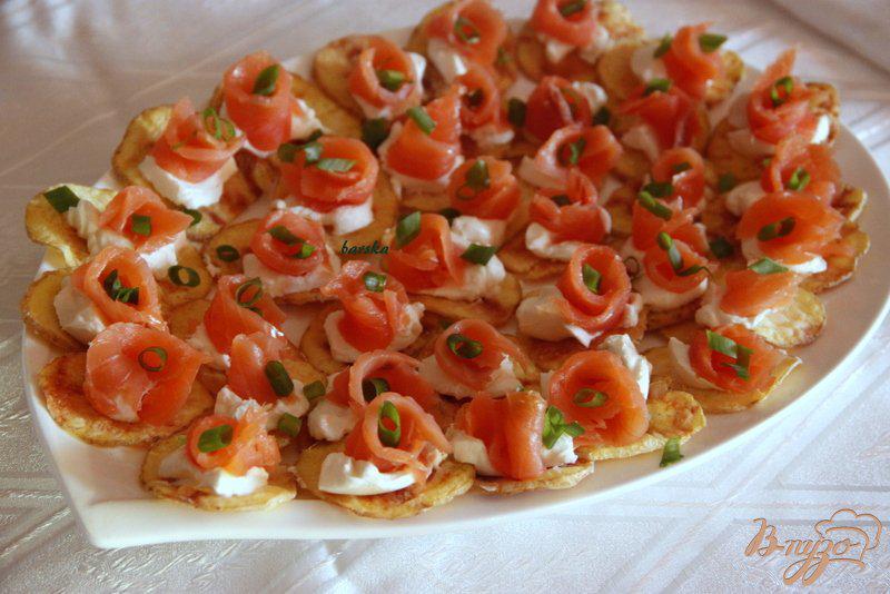 Фото приготовление рецепта: Закуска из лосося на картофельных «чипсах» шаг №5
