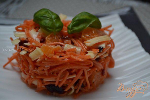 Фото приготовление рецепта: Морковный салат с сыром и мандаринами шаг №4