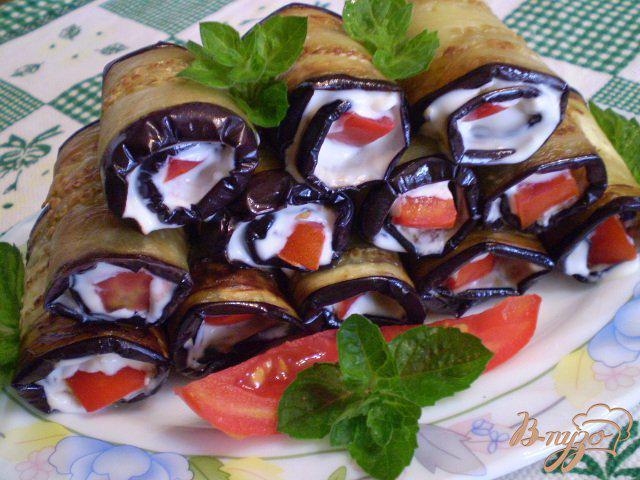 Фото приготовление рецепта: Баклажановые рулетики с сыром и помидором шаг №8