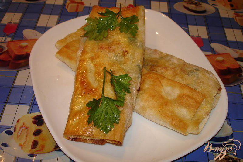 Фото приготовление рецепта: Лаваш с сыром и колбасой на сковороде шаг №5