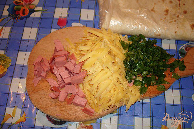 Фото приготовление рецепта: Лаваш с сыром и колбасой на сковороде шаг №1
