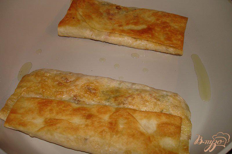 Фото приготовление рецепта: Лаваш с сыром и колбасой на сковороде шаг №4