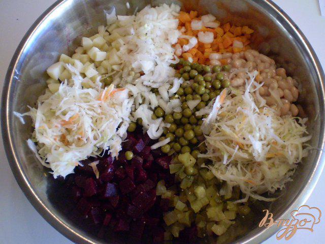 Фото приготовление рецепта: Винегрет с фасолью и горошком шаг №7