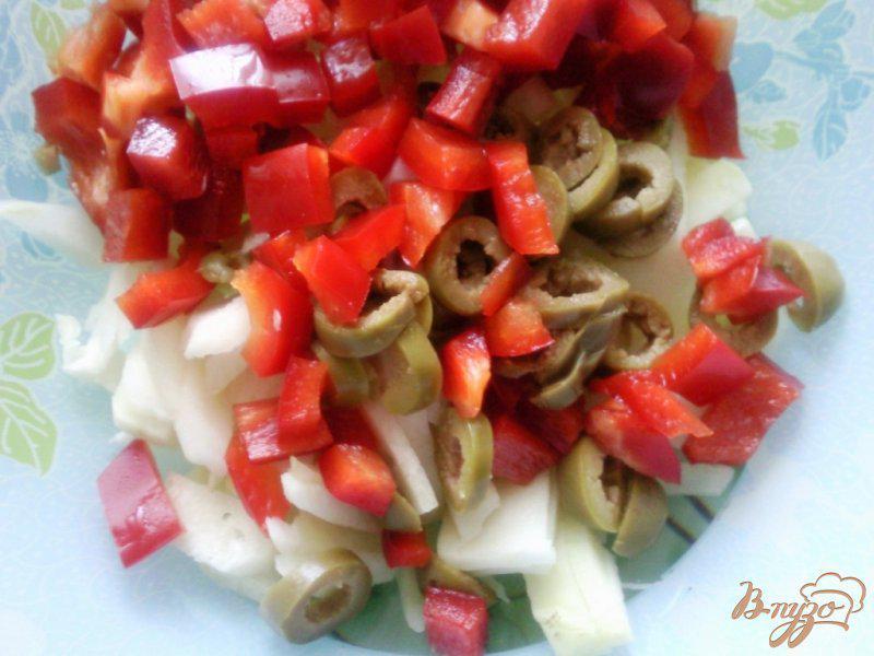 Фото приготовление рецепта: Салат с оливками и вареной колбасой шаг №1