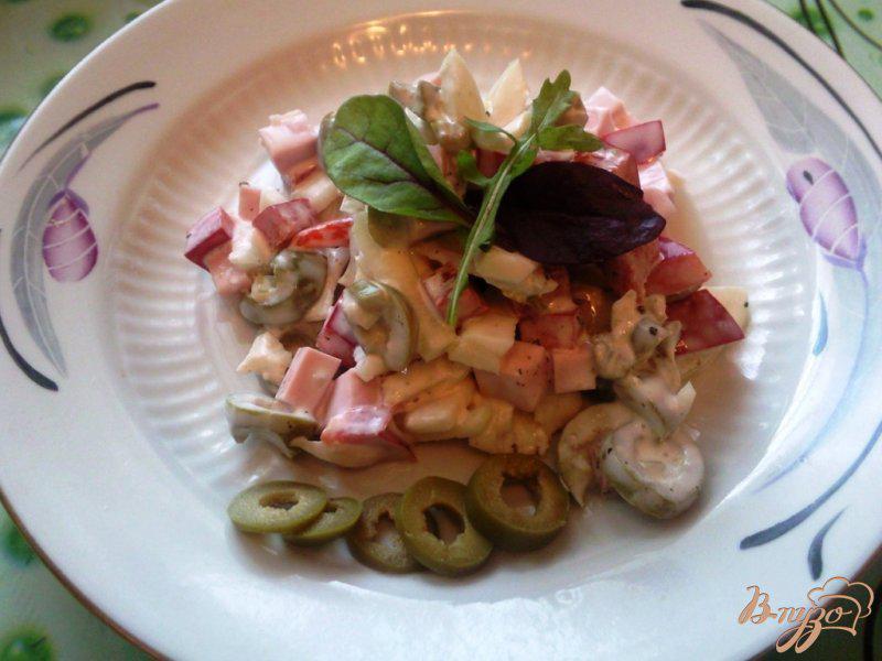 Фото приготовление рецепта: Салат с оливками и вареной колбасой шаг №3