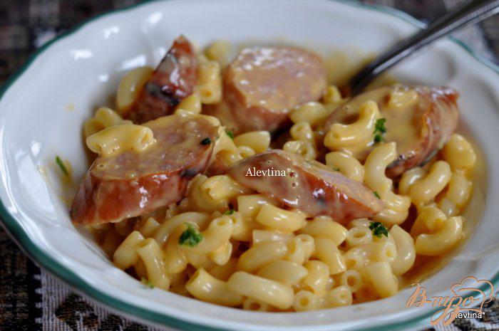 Фото приготовление рецепта: Макароны с сыром и колбасой шаг №4
