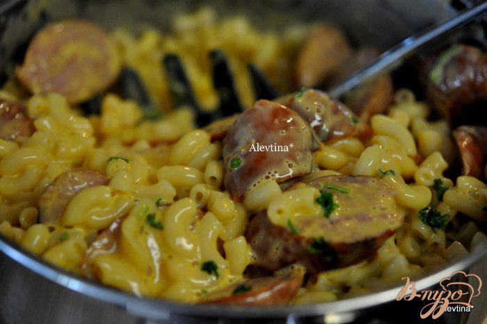 Фото приготовление рецепта: Макароны с сыром и колбасой шаг №3