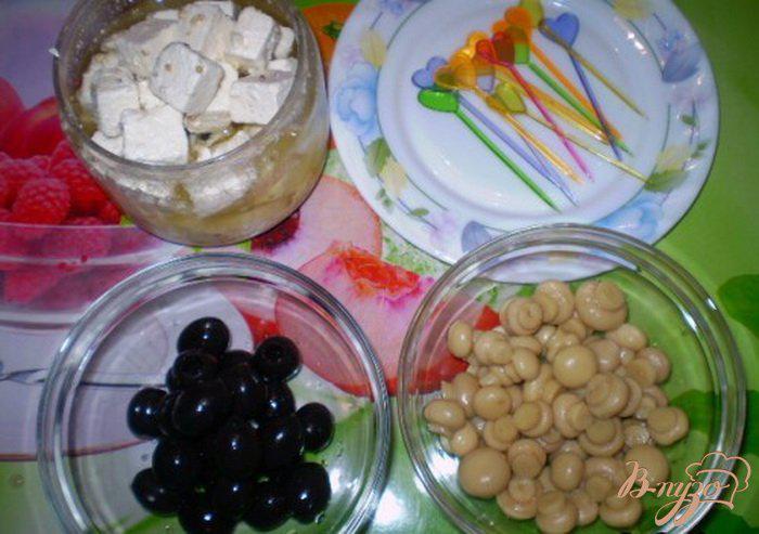 Фото приготовление рецепта: Канапе из сыра маринованного, грибов и оливок шаг №1