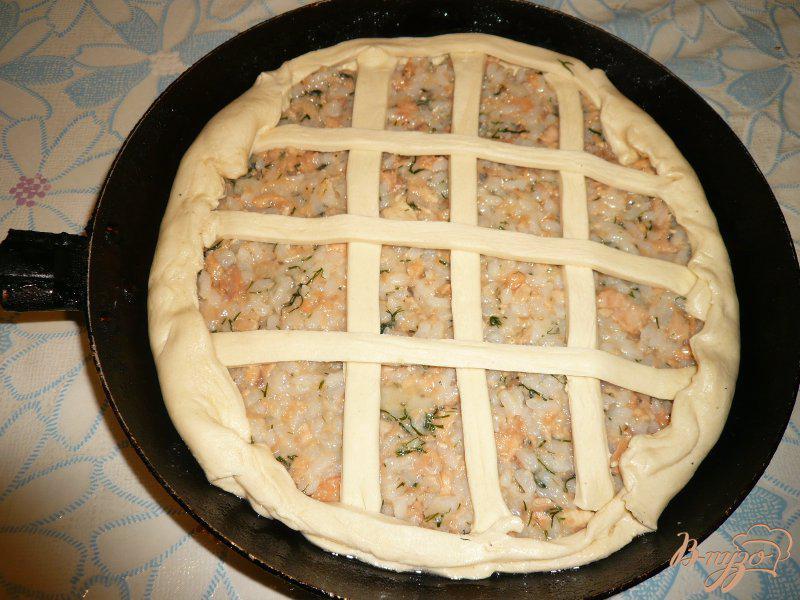 Фото приготовление рецепта: Пирог с консервированной горбушей и рисом шаг №4