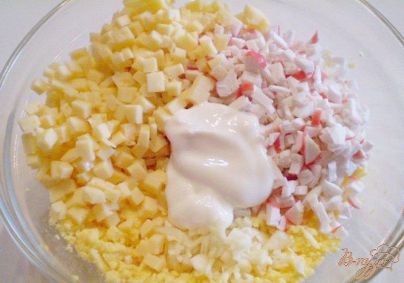 Фото приготовление рецепта: Яйца фаршированные крабовыми палочками, сыром и чесноком шаг №3