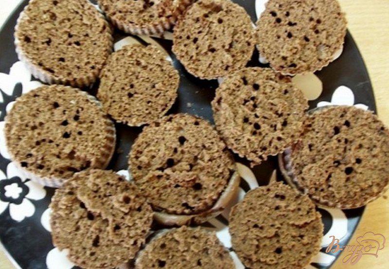 Фото приготовление рецепта: Шоколадные пирожные с кремом шаг №7