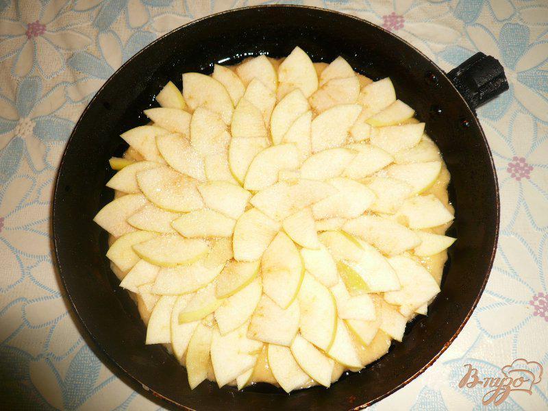 Фото приготовление рецепта: Шарлотка с яблоками и бананом шаг №6