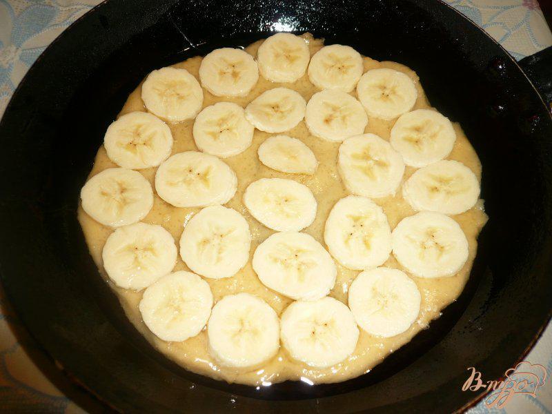 Фото приготовление рецепта: Шарлотка с яблоками и бананом шаг №4