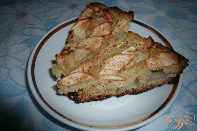 Фото приготовление рецепта: Шарлотка с яблоками и бананом шаг №8