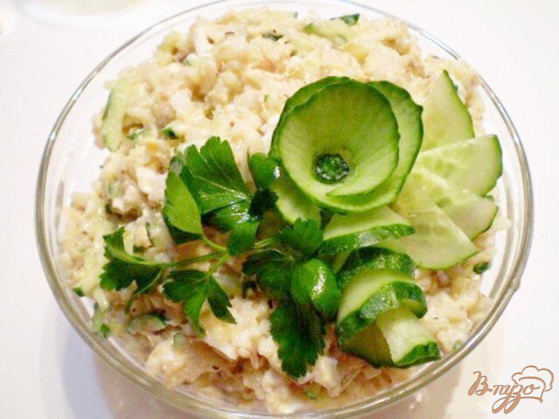 Фото приготовление рецепта: Салат с сайрой и свежим огурцом шаг №4