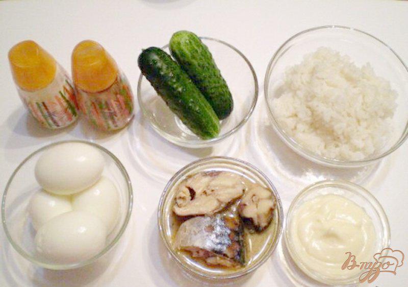 Фото приготовление рецепта: Салат с сайрой и свежим огурцом шаг №1