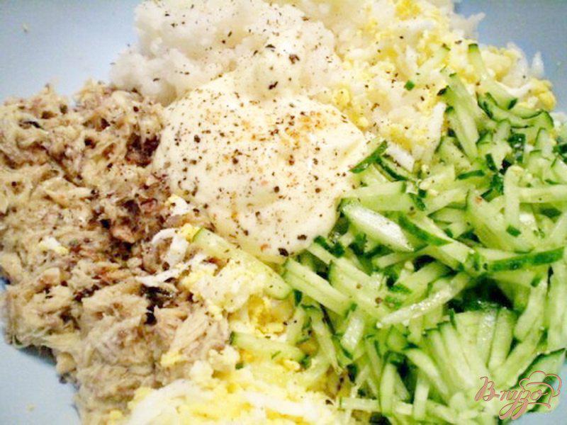 Фото приготовление рецепта: Салат с сайрой и свежим огурцом шаг №2