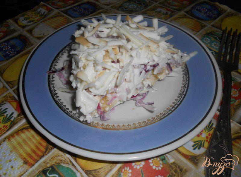 Фото приготовление рецепта: Салат луковый с яблоком и колбасным сыром шаг №6