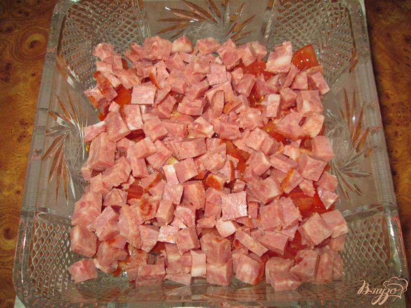 Фото приготовление рецепта: Салат с помидорами, ветчиной и сухариками шаг №2