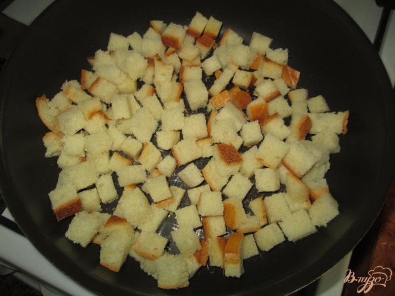 Фото приготовление рецепта: Салат с помидорами, ветчиной и сухариками шаг №4