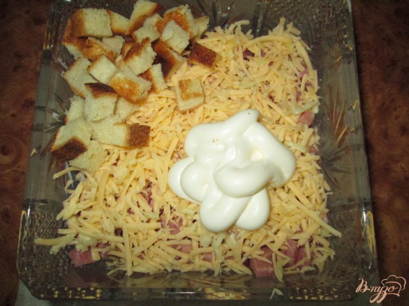 Фото приготовление рецепта: Салат с помидорами, ветчиной и сухариками шаг №5