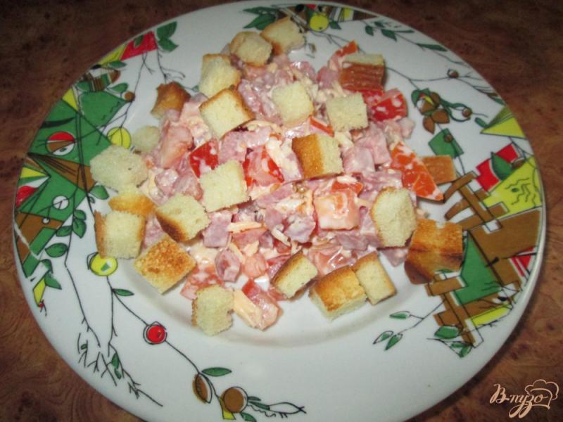 Фото приготовление рецепта: Салат с помидорами, ветчиной и сухариками шаг №6