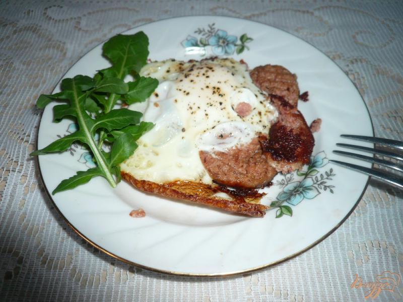 Фото приготовление рецепта: Яичница с ливерной колбасой шаг №5