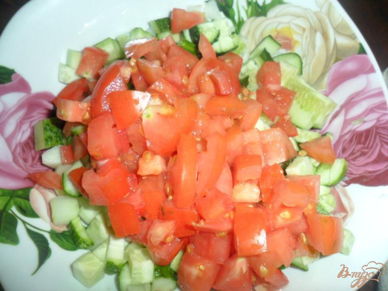 Фото приготовление рецепта: Салат с огурцов и помидоров Весна шаг №2