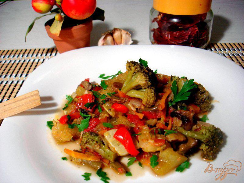 Фото приготовление рецепта: Рагу с грибами и брокколи шаг №11