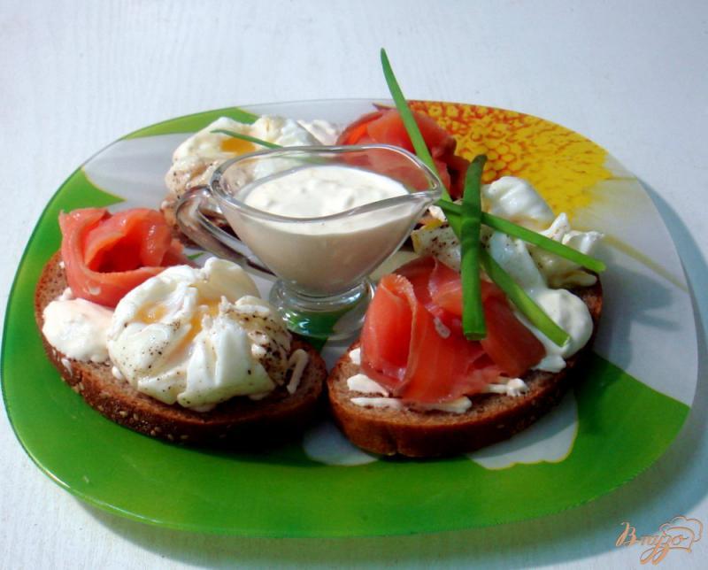 Фото приготовление рецепта: Бутерброды с яйцами пашот и лососем шаг №12