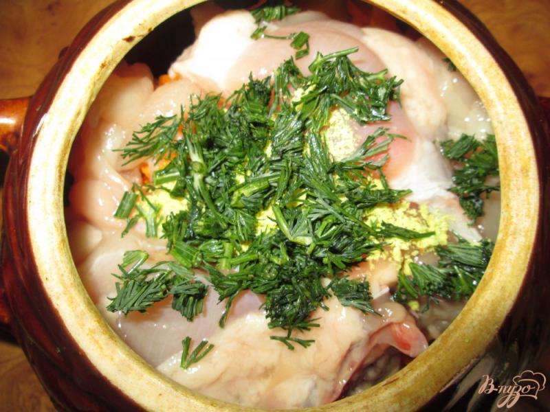Фото приготовление рецепта: Жаркое с курицей и картофелем в горшочках шаг №8