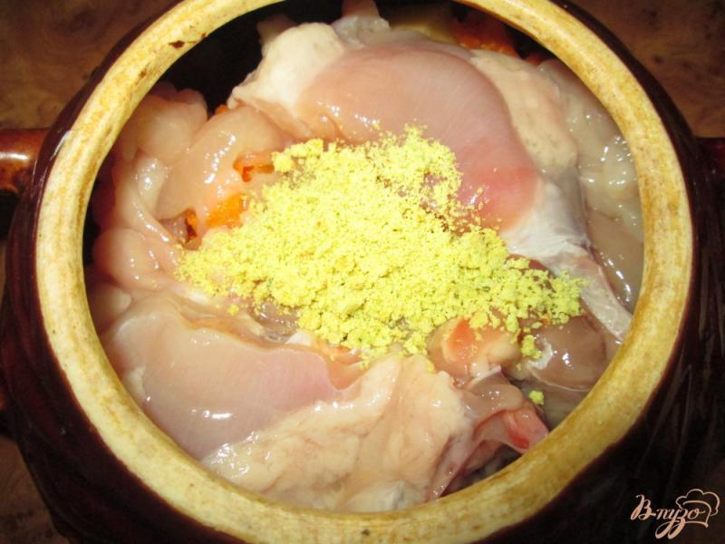 Фото приготовление рецепта: Жаркое с курицей и картофелем в горшочках шаг №7