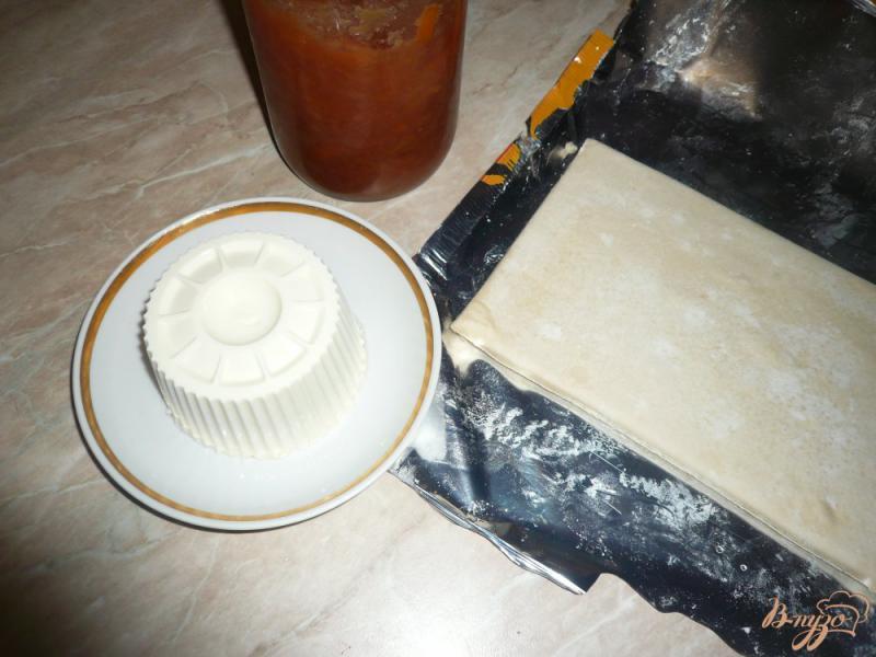 Фото приготовление рецепта: Плюшки слоеные с сыром и вареньем шаг №1