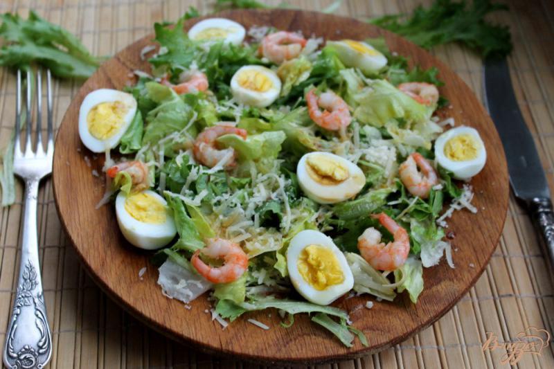 Фото приготовление рецепта: Салат с перепелиными яйцами и креветками шаг №6