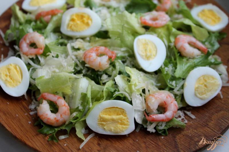Фото приготовление рецепта: Салат с перепелиными яйцами и креветками шаг №5