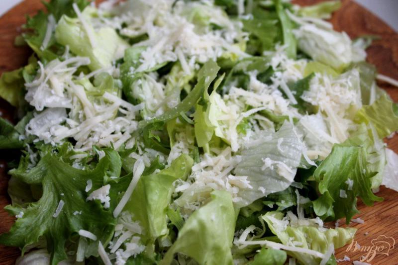 Фото приготовление рецепта: Салат с перепелиными яйцами и креветками шаг №2