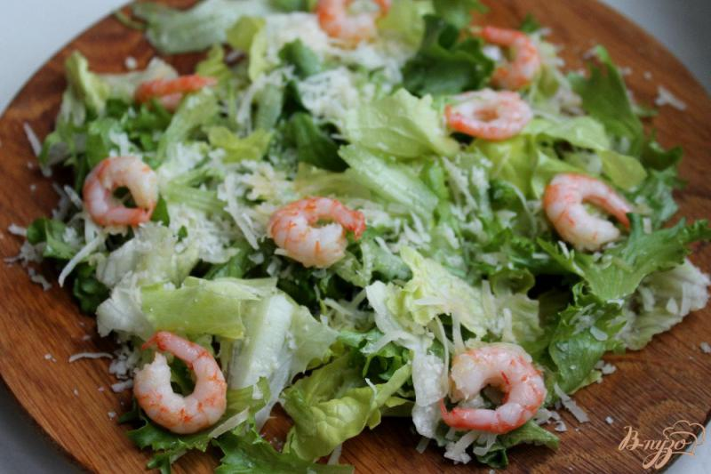 Фото приготовление рецепта: Салат с перепелиными яйцами и креветками шаг №4