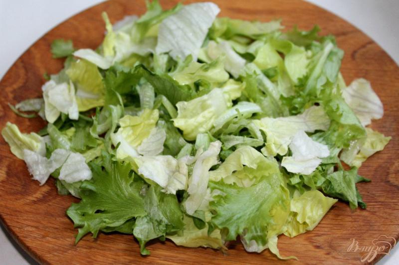 Фото приготовление рецепта: Салат с перепелиными яйцами и креветками шаг №1
