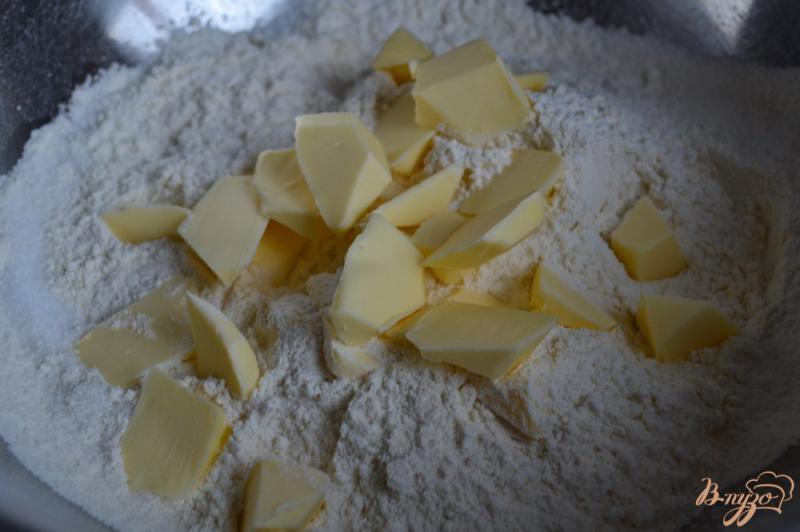 Фото приготовление рецепта: Сконы с миндалем и изюмом шаг №2