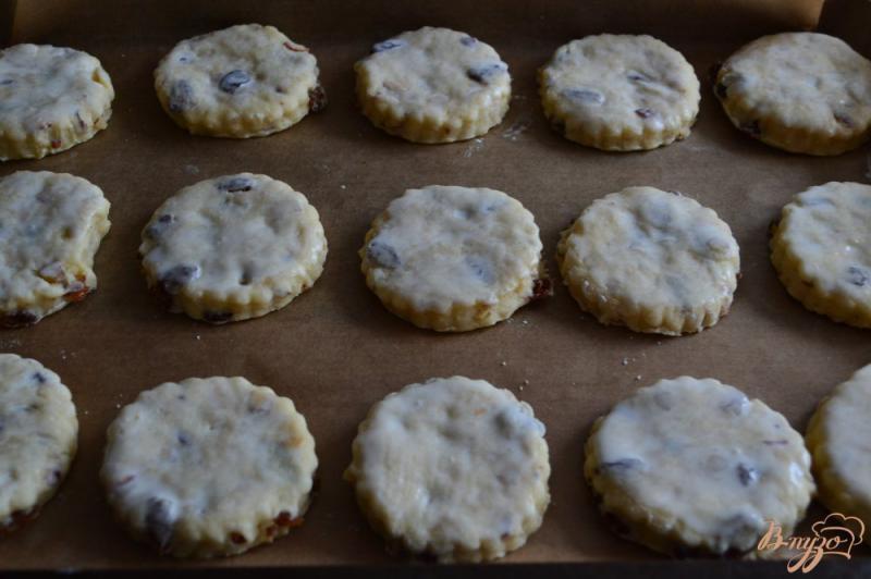 Фото приготовление рецепта: Сконы с миндалем и изюмом шаг №7