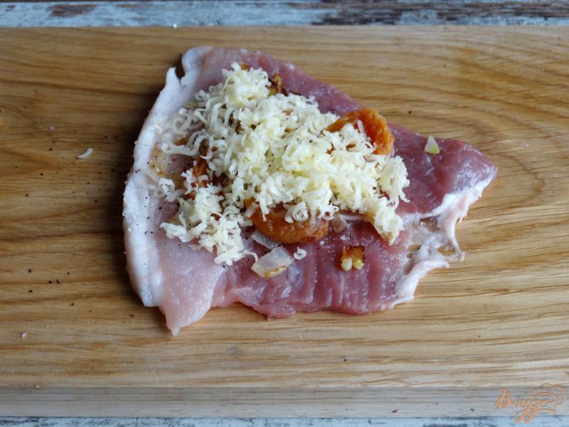 Фото приготовление рецепта: Мясные рулетики с курагой и сыром шаг №5