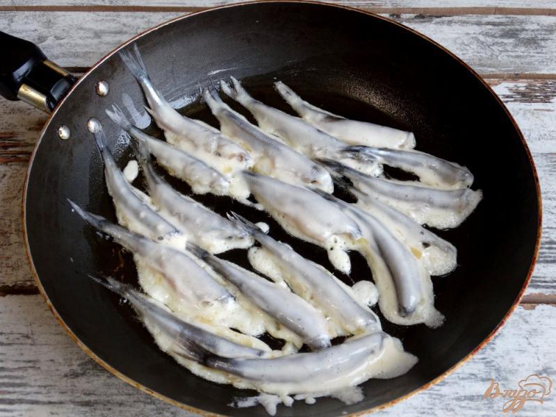 Фото приготовление рецепта: Жареная корюшка по-питерски шаг №6