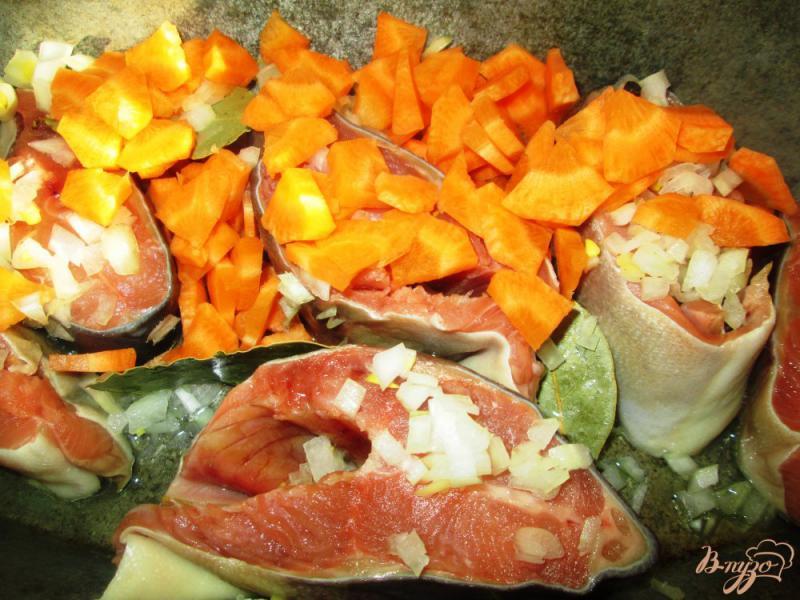 Фото приготовление рецепта: Тушеная горбуша с овощами шаг №3
