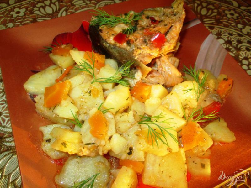 Фото приготовление рецепта: Тушеная горбуша с овощами шаг №5