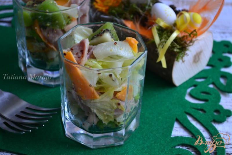 Фото приготовление рецепта: Салат с копченой курицей и киви шаг №6