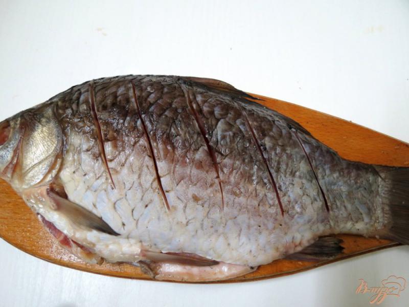 Фото приготовление рецепта: Рыба жареная целиком с хрустящей корочкой шаг №4